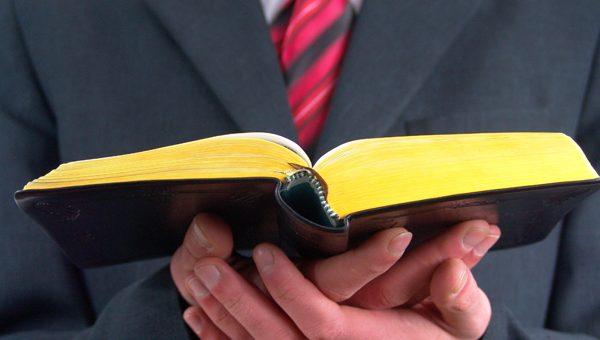 ¿Existe una relación laboral entre las Comunidades religiosas y sus pastores o sacerdotes?