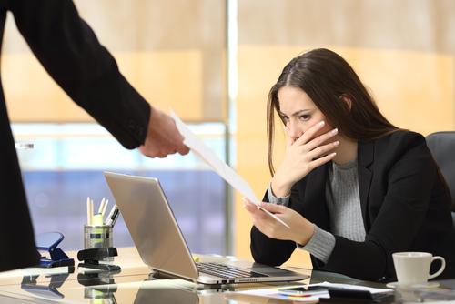 ¿Qué debe señalar el empleador en la carta de despido por justa causa?