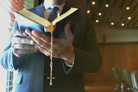 ¿Quien debe asumir el pago de la EPS de los pastores de los cultos religiosos?