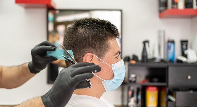 ¿Cómo deben interactuar las peluquerías con los clientes durante la emergencia?