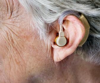 ¿Puedo solicitar a la EPS un dispositivo auditivo por mi pérdida auditiva?