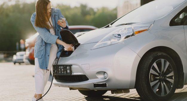 ¿Los carros eléctricos tendrán descuentos en la tecno mecánica?